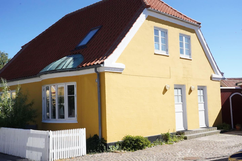 Indgang til huset / entrance door (hvid dør til højre / white door to the right)