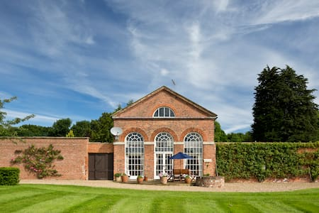 Boutique Converted Orangery in Rose Garden - Hull