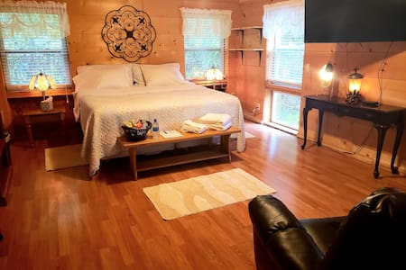 Trail Kitchen King Size bed with Breakfast!