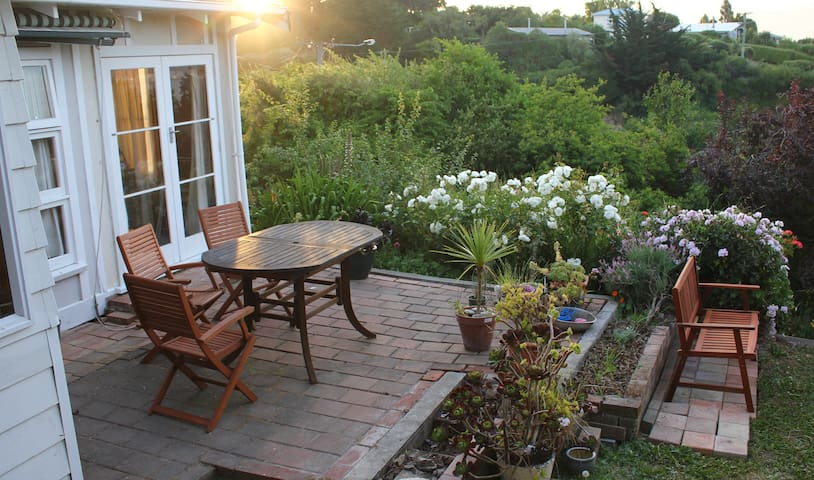 Out The Window Hse&Gardn *mid-wk $110pn* (cond.)
