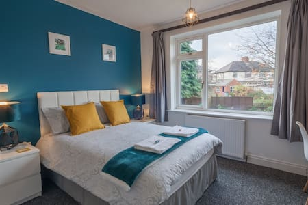 Marvellous room close to the centre + uni. Parking