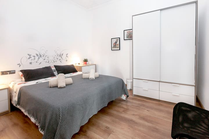 QUEEN ROOM FOR 2 PERSONS IN THE HEART OF BCN!!!