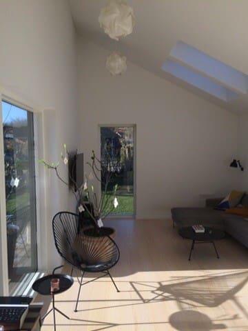Lys og dejlig familievilla udlejes - Hinnerup - Casa