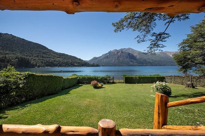 Cabaña soñada sobre costa de lago en Bariloche