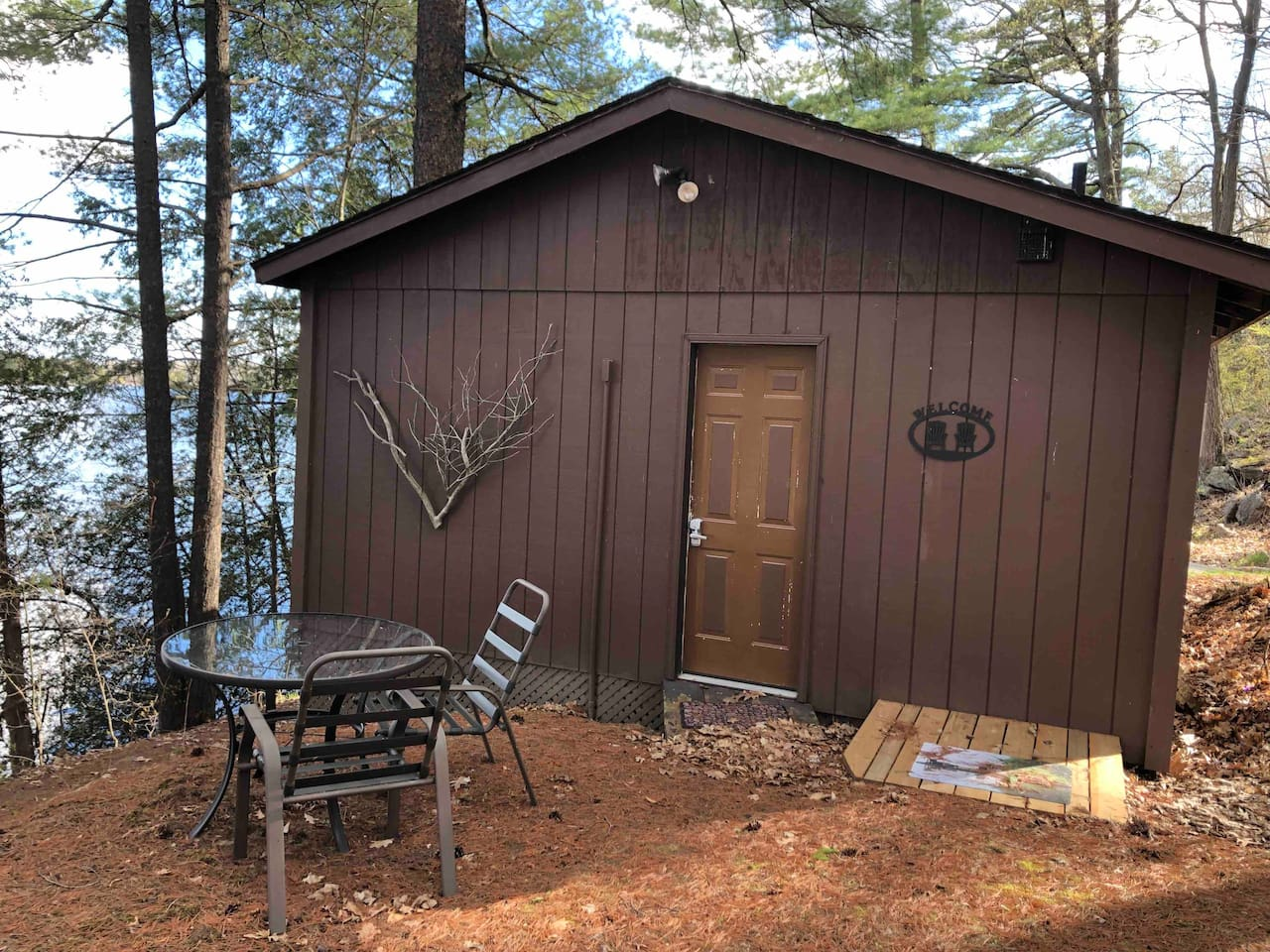 Little cabin on the lake. Very quiet getaway - perfect for two.  Hiking, biking, swimming, kayaking, paddle boat rides, unlimited day tripping opportunities -just ask for recommendations. Or, enjoy the solitude at the lake! Opportunities are endless.