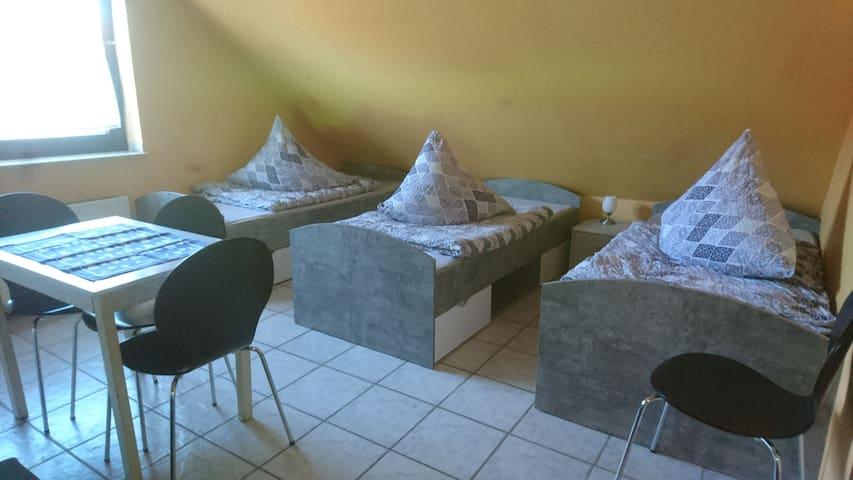Großes helles Mehrbett Zimmer