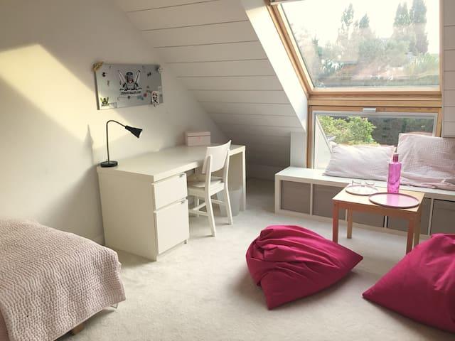 Chambre avec lit simple et mezzanine étage