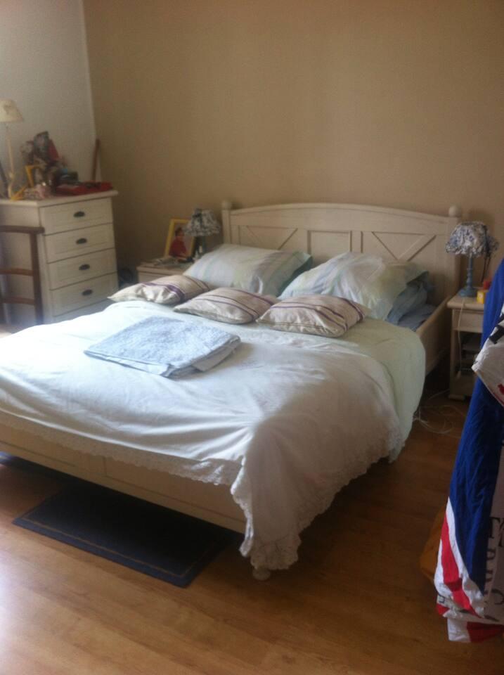 Spacieuse chambre très claire