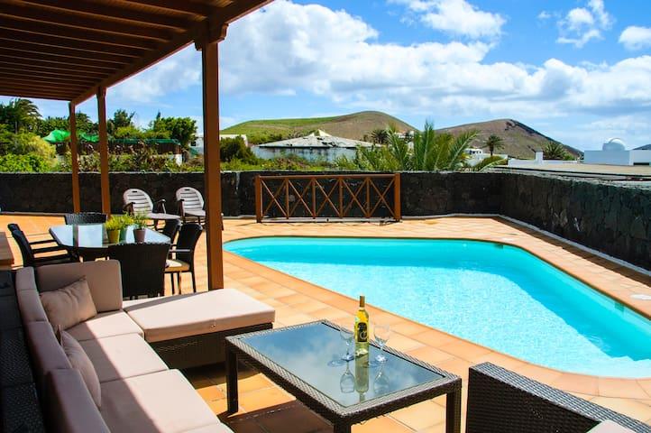 Villa con piscina climatizada y vistas