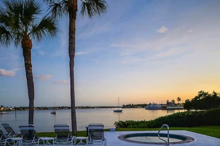 Lovely 2BR Condo on Naples Bay- March 13-27 only