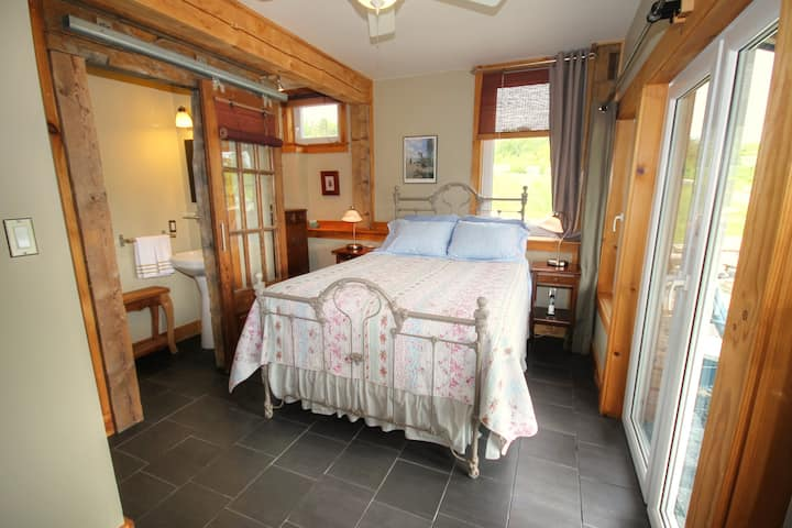Blue Tin Roof B&B-Brook Room with En-suite & Patio