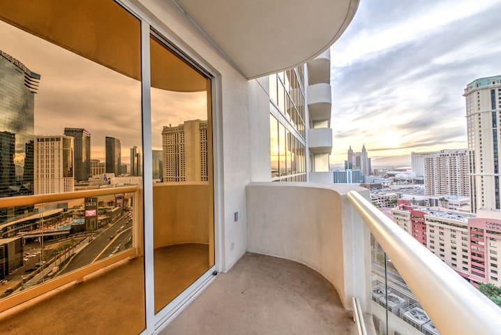 D25T1 MGM  Signature Suite Strip View w/ Balcony