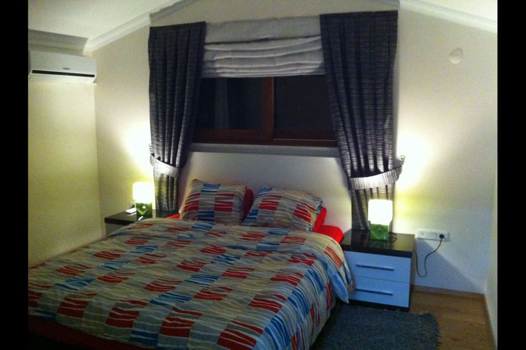 Soverom i 2 etg med tilhørende badeværelse med boblebad