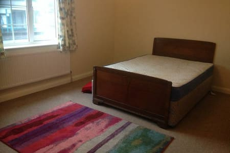 Large sunny double room with own bathroom - Bristol
