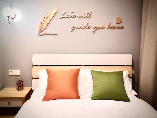 次卧1.5米大床,精选喜临门床垫,软硬适中、贴合人体曲线,让您的睡眠更安。