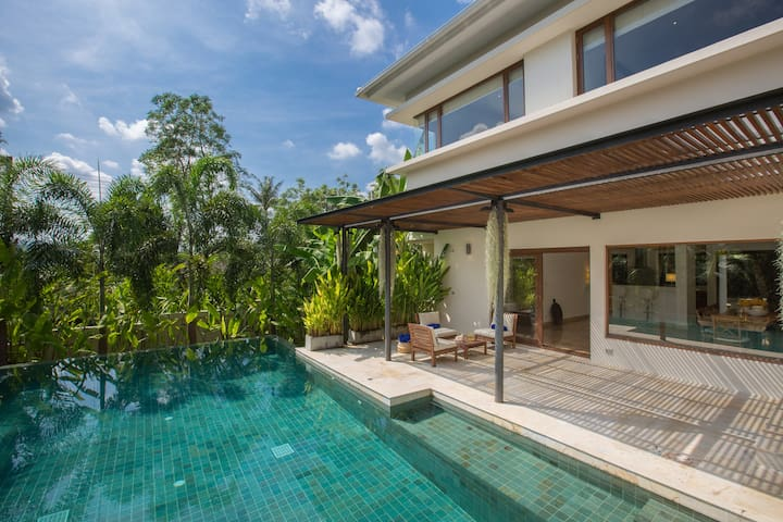 Villa Santika 5 BDRM Private Pool villa, close to shopping district