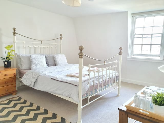 Central Cosy Georgian Double Bedroom near station