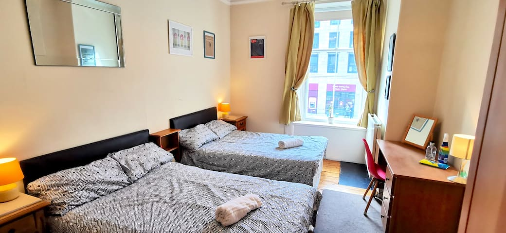 (Rm1) Large bedroom, sleeps 4. 15mins from centre