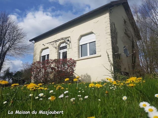 Dans un écrin de verdure, la Maison du Masjoubert