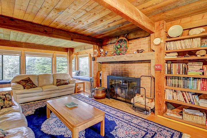 Comfortable hillside home w/ hot tub, shared pool, near forest trails