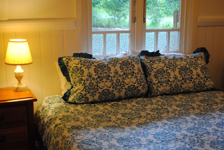 Little old cottage - Blue room - JANUARY SPECIAL