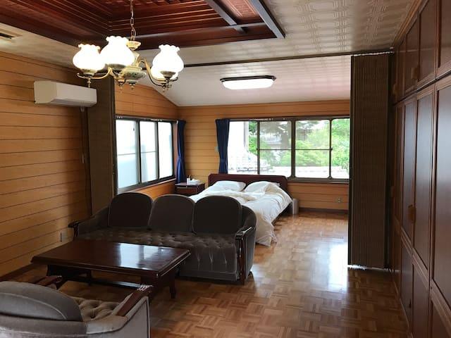 六畳洋室二間、アコーディオンカーテンで寝室を分ける事も出来ます。