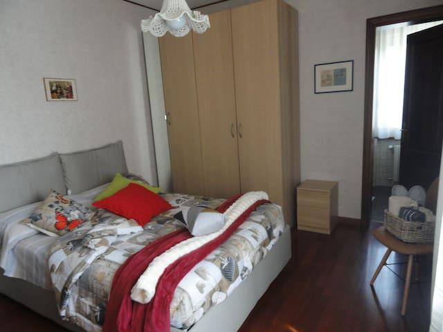 Camera 1  bella luminosa con bagno privato