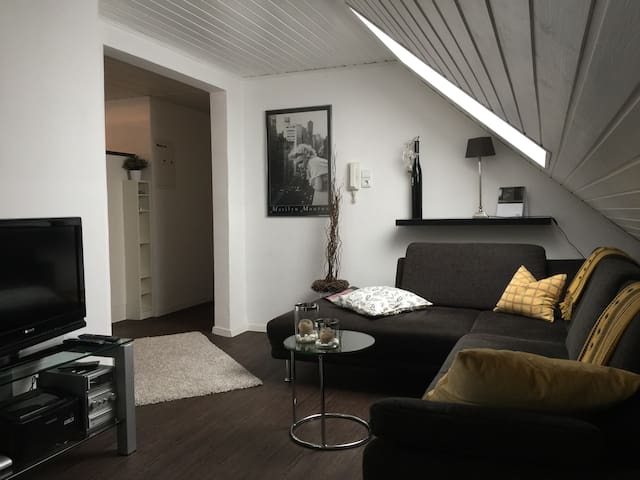 Gemütliche kleine Dachgeschosswohnung - Mönchengladbach - Apto. en complejo residencial