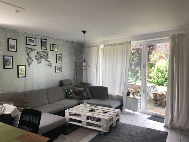 Gemütliches Zimmer in moderner Wohnung mit Garten