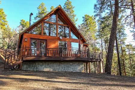 Peaceful, picturesque, Cabin in the mountains !