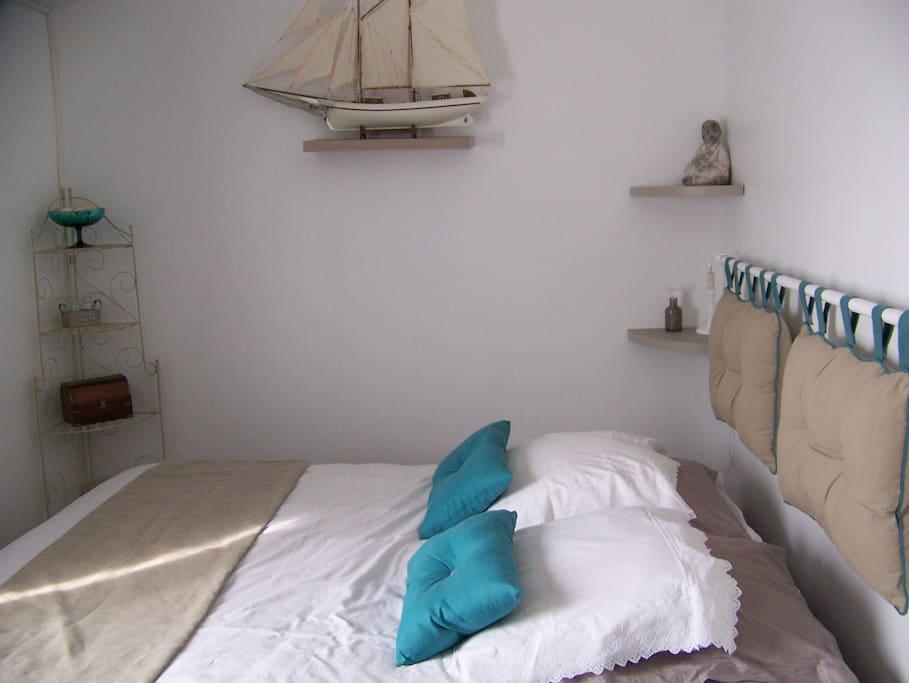 chambre avec TV au mur lit de 160