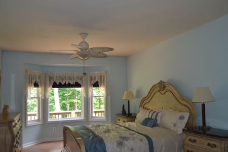 Garden view room & spa bath secluded in the woods - Fredericksburg - Hus