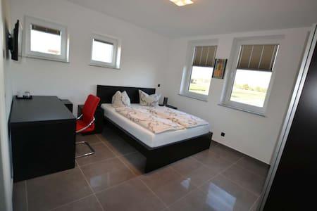 Nette moderne Pensionszimmer - Griesheim - Casa de hóspedes