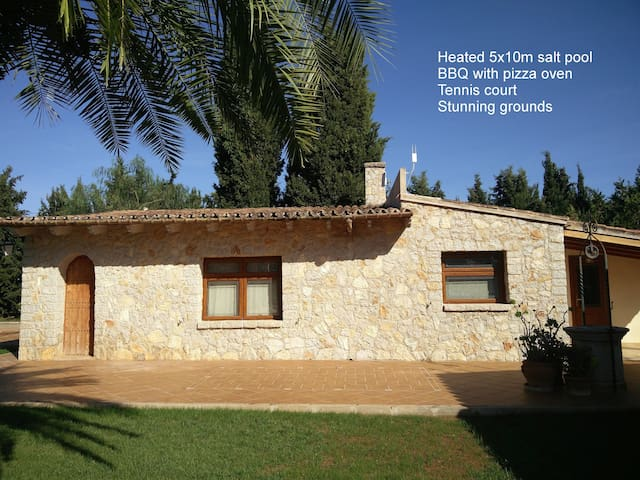 Guesthouse with heated pool, tennis & pizza oven