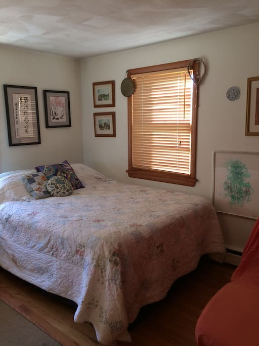 Comfy queen-size bed! Beautiful views and cool breezes!