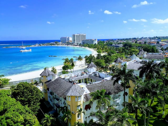 Swanky Beach Condo☀ ~ Ocho Rios Bay Beach
