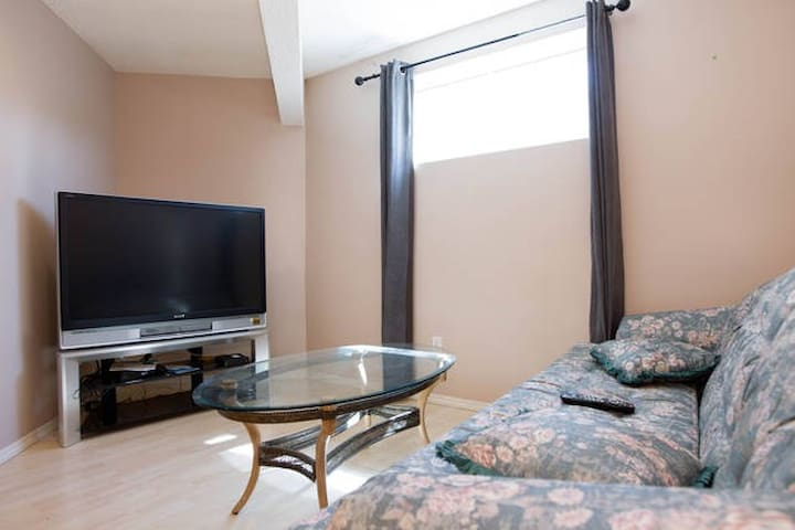 2BR Golf Course Suite By West Edmonton Mall - Edmonton - Apartmen