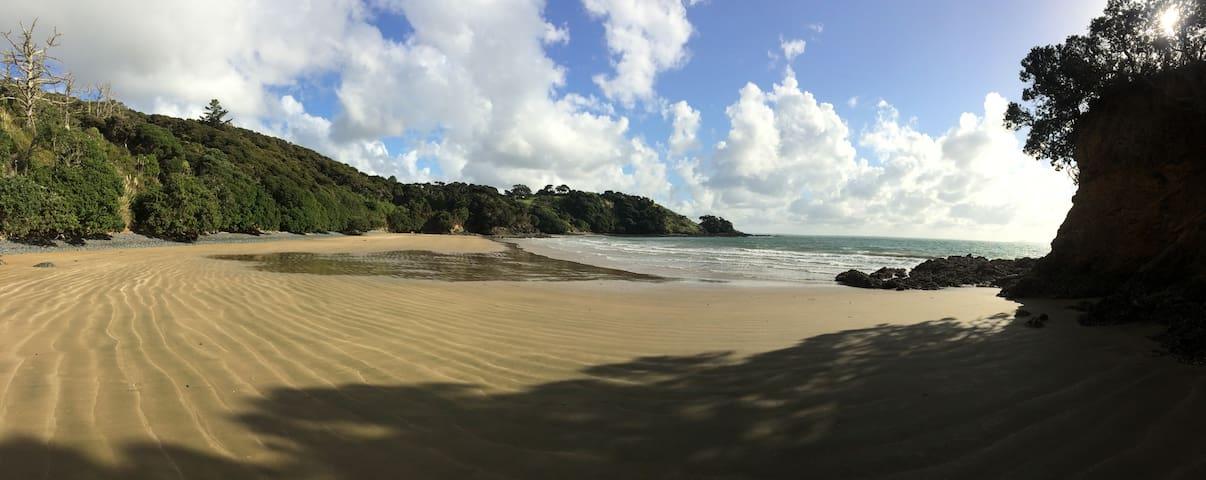 Rosie's Bach - a restful beach hideaway in Hihi