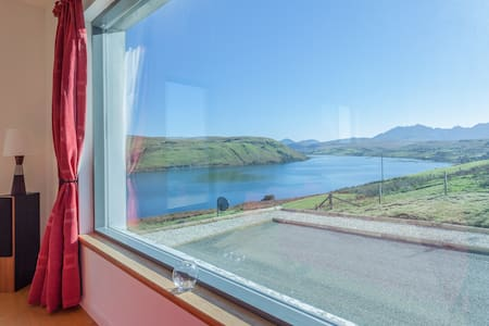 Calath, Isle of Skye, superb mountain/loch views. - Carbost - Talo