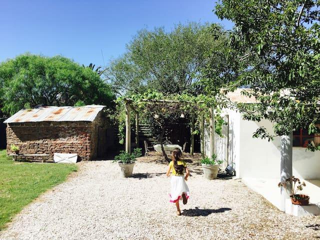 """Sur le terrain, deux maisons, la blanche est la maison principale, celle en brique est un ancien """"ahumadero"""", elle n'est pas exploitée pour le moment."""