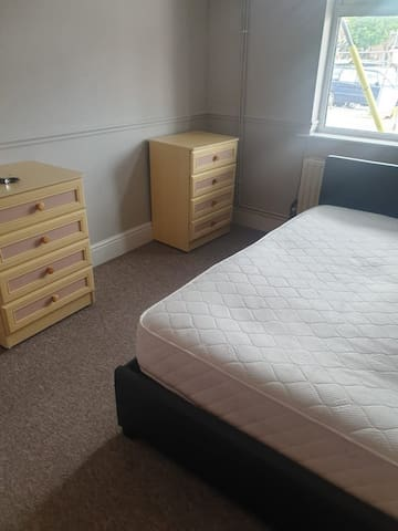 Clean and tidy house in great central Stoke ST4