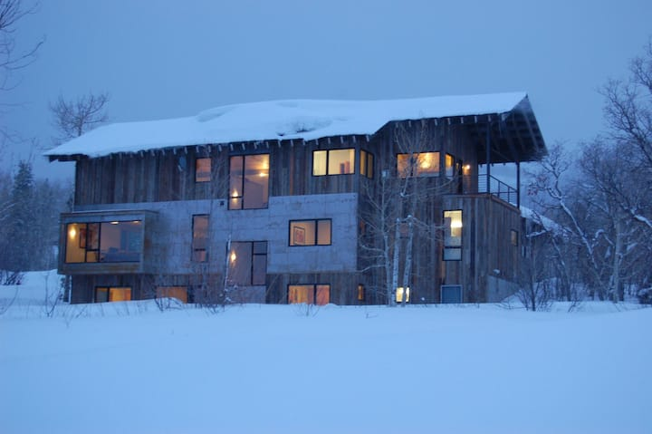 Contemporary Retreat - 200 yards from ski trail