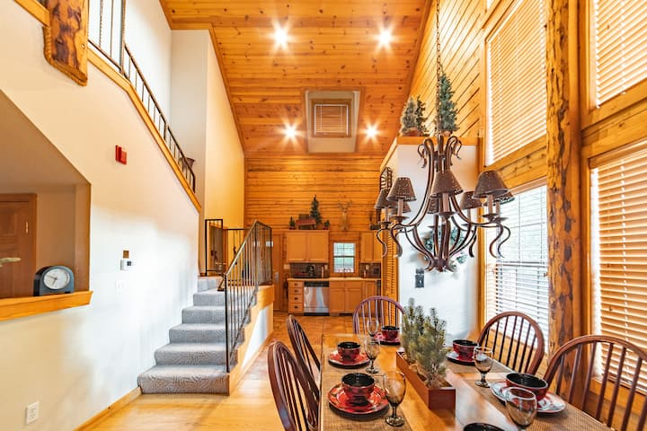 2 Bed, 2 Bath Log Cabin in the Heart of Branson