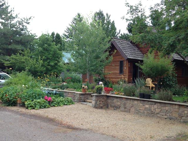 Gardens surround, comfy cedar home - Columbia Falls - Huis