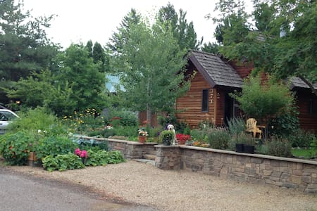 Gardens surround, comfy cedar home - Columbia Falls - House