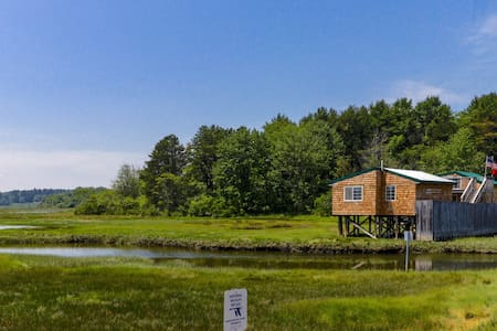 Charming cottage right on the waterfront on Drake's Island