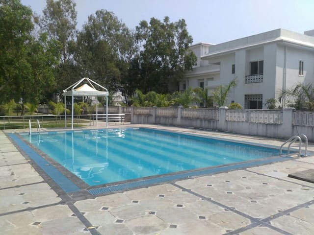 Upper Lonavala, 2BHK, Balcony and Common Pool. - Karla - Appartement
