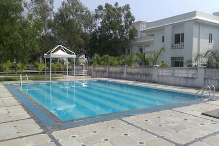 Upper Lonavala, 2BHK, Balcony and Common Pool. - Karla - Apartamento