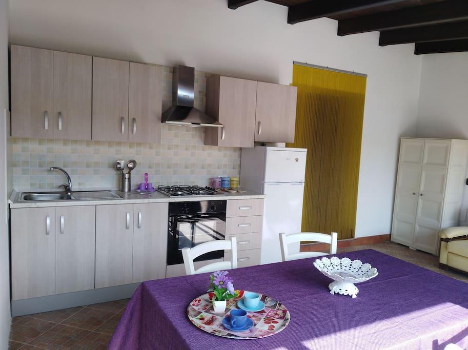 Bilocale con cucina dotata di tutti i comfort e divano 3 posti