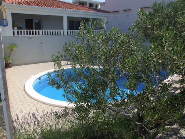 Lovely 2-bedroom house by swimming pool